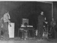 Jazz rocková skupina Impuls – zleva Z. Fišer, M. Gera, P. Kostiuk, Miloš Čuřík moderuje, J. Vytrhlík
