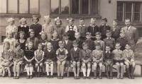 Miloš v 1. třídě (šestý zprava), úplně vpravo třídní učitel a češtinář Karel Schwarz