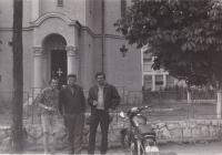 Miloš v Rumunsku (druhá cesta do zahraničí) s kamarádem (vpravo) na motorce, 1966