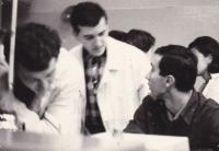 Miloš uprostřed v bílém plášti se spolužáky, střední škola SPŠCh Praha 1964