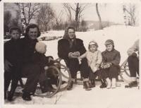 Sáňkování v zimě roku 1951 (uprostřed maminka Miloše, vpravo vedle ní Miloš a jeho bratr)