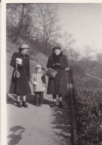 Maminka Miloše vlevo, Miloš a babička z matčiny strany, Petřín 1952