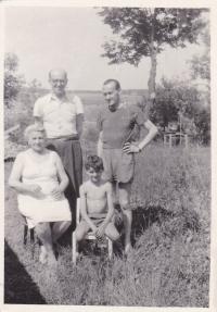 Vlevo sedící babička, nad ní dědeček (rodiče maminky), sedící Miloš, nad ním tatínek, Praha 1956