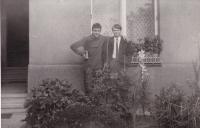 Miloš s kamarádem z Rumunska před jeho domem na Smíchově, 1966