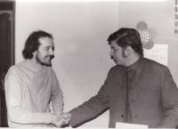 Miloš s předsedou SSM Prahy 8 po podpisu spolupráce mezi SSM Prahy 8 a OKD Prahy 8, 1975