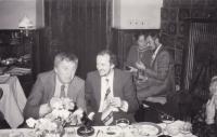 Miloš s jazzovým kytaristou J. Tomkem na svatbě Karla Růžičky (vzadu se ženou), 1982