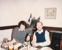 Miloš se známým sklářem Marianem Karlem, Praha 1987