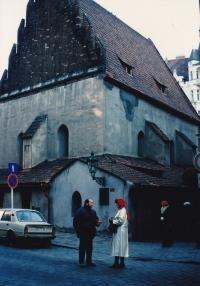 Miloš před Staronovou synagogou s americkou klientkou, 1988