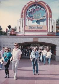 Miloš před Disneylandem v Kalifornii, 1989