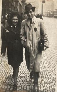 Mladý otec Tomáš Kosta s přítelkyní před deportací