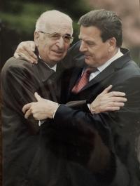 Otec Tomáš Kosta s Gerhardem Schröderem v Terezíně, r. 2005