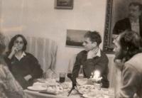 Kamil Miroslav Černý (vpravo) při zakládání Společnosti přátel Marty Kubišové, Praha, říjen 1989