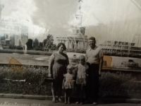 Halyna Ustymivna Hordienko s manželem a dcerami, rok 1964