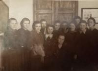 Halyna Ustymivna Hordienko v Kramatorsku, 1954 (pamětnice uprostřed sedící)