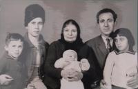 Sofie Cakirpaloglu se svou rodinou - její manžel Kosiliadis, dvě dcery a syn a manželova matka
