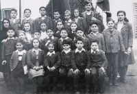 Děti, které byly odvezeny z Řecka během občanské války, mezi nimi také devítiletá Sofie Cakirpaloglu s mladší sestrou a starším bratrem