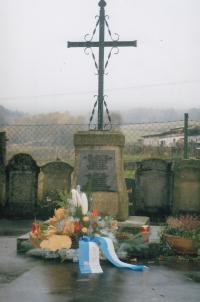 Denkmal auf dem Friedhof in Niederreuth, 90. Jahre