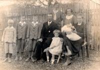 Rodinná fotografie z roku 1935, Marie Henzlová sedí na židličce před svými rodiči
