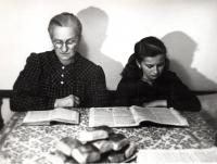 Marie Henzlová se svojí maminkou, která zahynula zřejmě během věznění