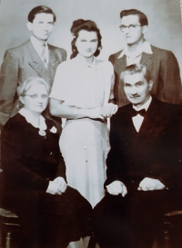 Rodinná fotografie Maláčových: zleva děti Vlastislav, Jiřina, Bořivoj, Praha 1942