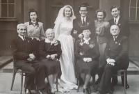 Svatební fotografie Bořivoje a Marian Maláčových, Vlastislav vpravo se ženou Jiřinou, Praha 16. dubna 1949