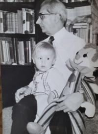 Vlastislav Maláč doma se synem, Praha 1980