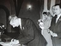 Svatební obřad sestry Jiřiny, Vlastislav se zapisuje jako svědek, 1978