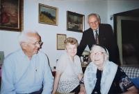 Vlastislav (stojící) s bratrem a rodinou, Praha 2002