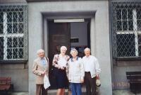 Vlastislav (vlevo) s bratrem Bořivojem a jeho ženou Marian před budovou sboru ECM, Praha 2002