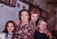 Žena Jiřina s vnoučaty, Praha 1989