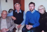 Vlastislav Maláč (vlevo) doma s rodinou, Praha 2010