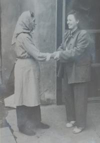 Žofie Slováčková (Zlámalová) se vrací z vězení. Vítání s její matkou Annou Slováčkovou