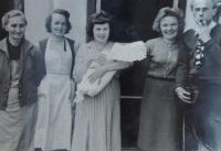 Maminka Anna Slováčková, teta Jiřina Fárková z Horní Bečvy, také spoluvězeňkyně, Žofie Slováčková, provdaná Zlámalová, s dcerou Janou v náručí, dále pak její spoluvězni, manželé Otakar a Hana Truncovi