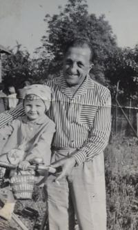 Jana Arbanová s tatínkem Josefem Zlámalem, 1966