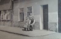 Před rodným domem Žofie maminka Anna a otec Alois, sestra Žofie Anna, Hložkova ulice, Otrokovice, 1935