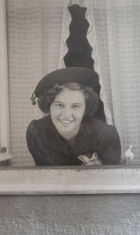 Maminka pamětnice v okně rodného domu, 1940