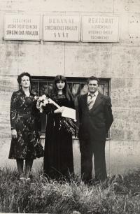 Helena Aková s manželom a dcérou pri promócii