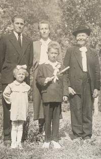 Manželia Akovci s deťmi a Heleniným otcom