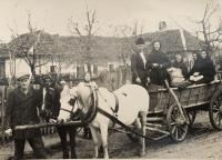 Brat Heleny Akovej (vľavo) pred hospodárstvom Vašekovcov