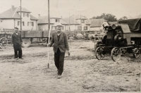 brat pamätníčky pri poľnohospodárskych prácach na mláťačke obilia