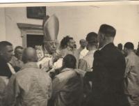 Otec Václav Prüher při biřmování vězňů ve Valdicích