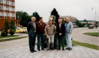 Zbyněk Plesar před sochou židle stojící před podnikem TON – odhalené u příležitosti přejmenování bystřické ulice (nyní M. Thoneta), zcela vpravo syn Heliodora Píky Milan