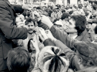 Na Václavském náměstí před budovou Melantrichu v Praze, rozdávání trikolor, 24. listopadu 1989