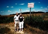 S manželkou na místě, kde v roce 1953 ilegálně přešel hranici z Československa do Rakouska