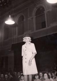 Edita Reinoldová, mládí, přehlídkové molo