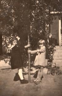 Edita Reinoldová v dětství se židovskou kamarádkou (vlevo)