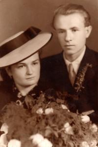 Svatební fotografie z roku 1942 sestry Anežky a Pravoslava Kováře, oba dva zahynuli na konci války