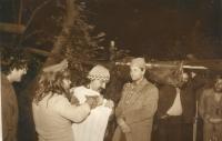 Divadelní soubor Hurvínkova koloběžka na tajném rockovém festivalu na Bílkově statku v Oskavě, v němž vystupoval i Jaroslav Hýbner, podzim 1985