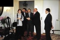 Na maďarském velvyslanectví s manželkou, prof. Petrem Rákosem a velvyslancem Kristófem Forraim, Praha říjen 2000