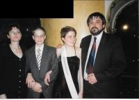 Na maturitním plese dcery Adély s manželkou a synem Otou, Praha 1999